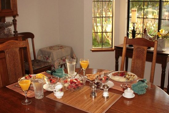 Serenity Gardens Bed and Breakfast: Elegant and delicious breakfast