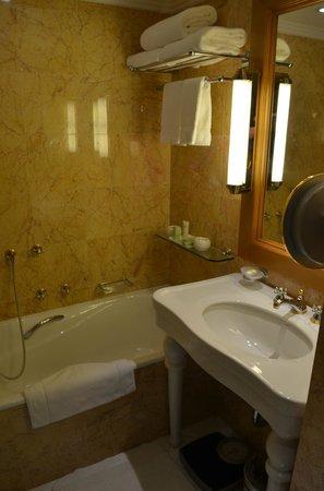 JW Marriott Hotel Kuwait City: Bath tub