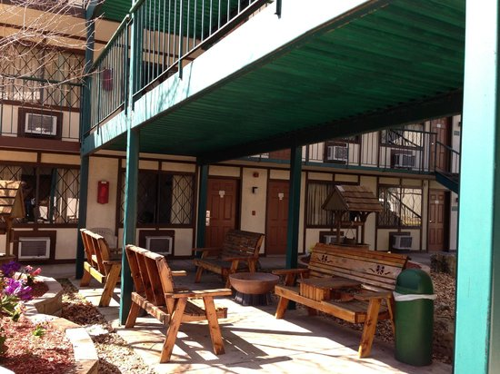 Windmill Inn & Suites: Courtyard