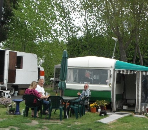Woodend Beach Holiday Park: Time for a beer
