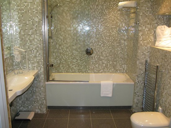 City Park Hotel & Residence: City park hotel - large bathroom