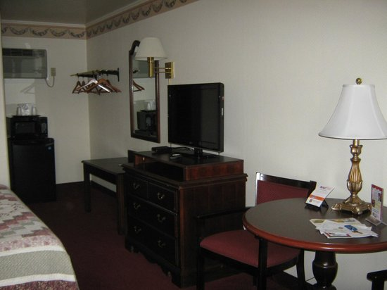 Amish Country Motel: Flat panel and table
