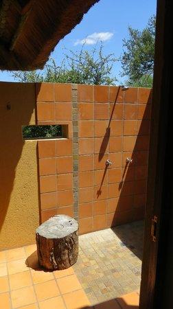 Toro Yaka Bush Lodge: doccia esterna