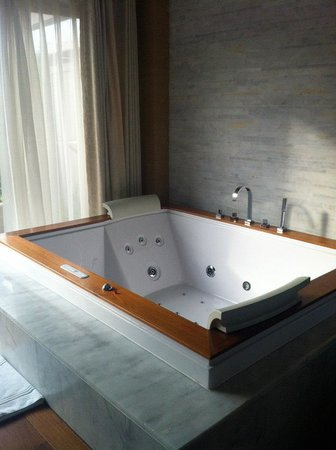 Hilton Dalaman Sarigerme Resort & Spa: Jacuzzi in spa suite