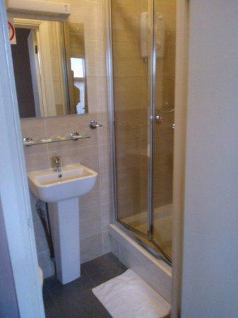 Boston Manor Hotel: łazienka w pokoju