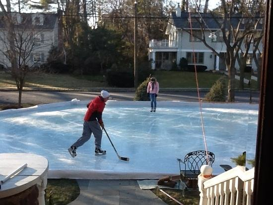 Gasthof Zum Goldenen Lowen: Backyard rink in the front yard