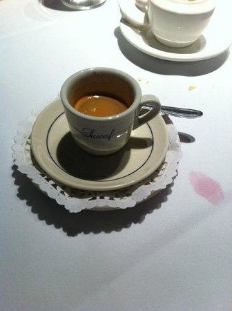 Tre Visi: Unnecessary double saucers and paper doily