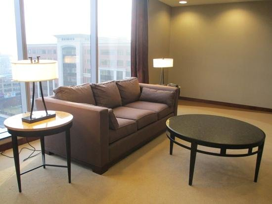 Embassy Suites by Hilton Buffalo: sitting area on our floor