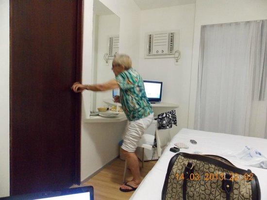 Hotel Porto da Praia: Porta que dá para o banheiro ao fundo arcondicionado