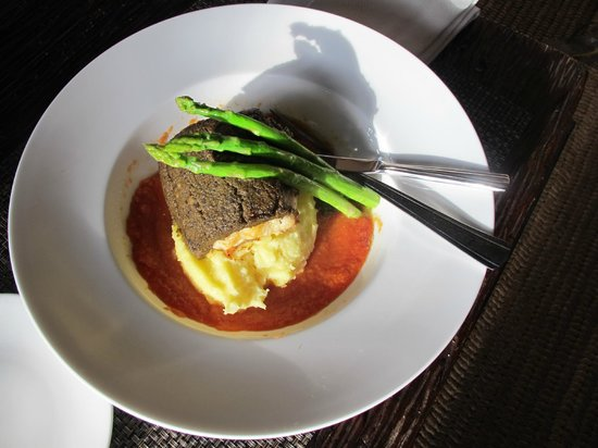 Shangri-La's Boracay Resort & Spa: Fresh lapulapu with olive paste and mashpotato
