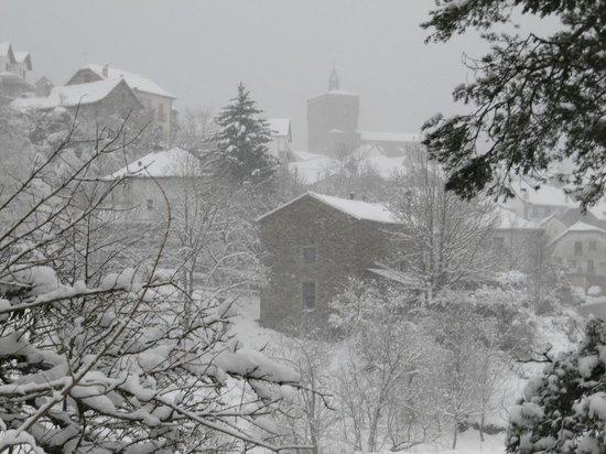 Apartamentos Metsola:                   The village of Isaba in the snow