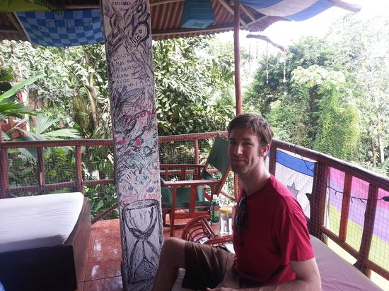 Pura Vida Hostel - Manuel Antonio: Outside lounge area of balcony off the common room