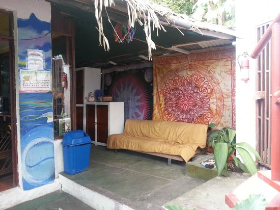 Pura Vida Hostel - Manuel Antonio: Another outside lounge area