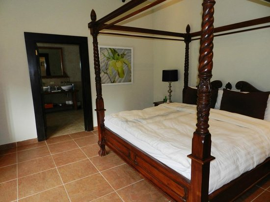 The Riverside Inn Boquete: King-sized four poster bed groaned and creaked!