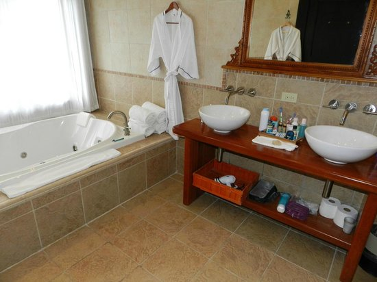 The Riverside Inn Boquete: Nice bathroom (altho there is some mildew that needs 2B addressed)
