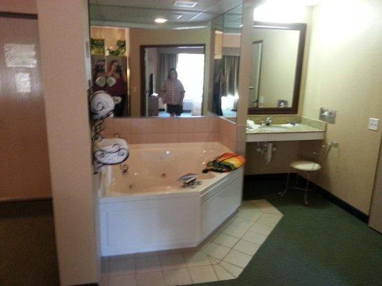 La Quinta Inn & Suites Sarasota I-75: 2bdrm suite with Jacuzzi
