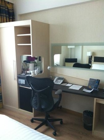Hilton Garden Inn Rome Airport: Compact but sufficient for single travelers