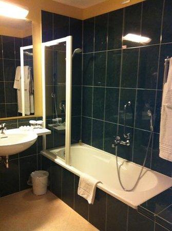 Hilton Garden Inn Rome Airport: Shower/bath