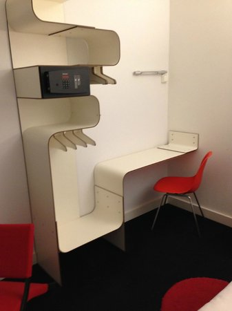 Hotel Gat Point Charlie: The smart workplace/storage area with safety box.