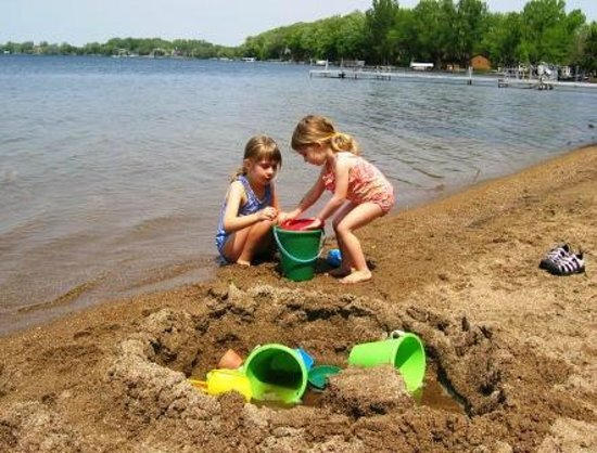 Dickerson's Lake Florida Resort: Little girls playing on beach
