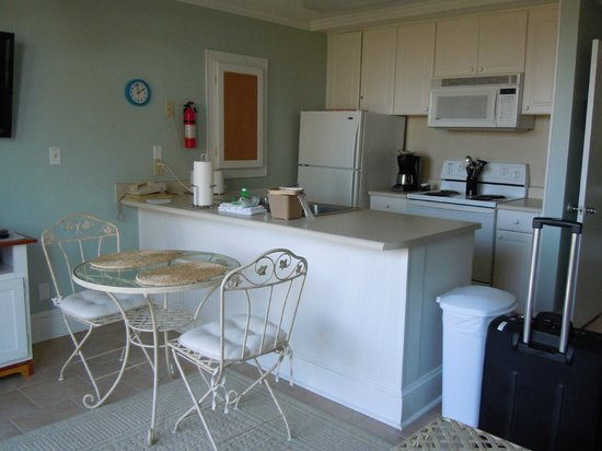 Villas by the Sea Resort & Conference Center: Kitchenette