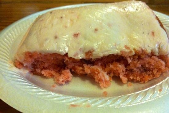 Eastanollee, Géorgie : strawberry cake, thick icing.