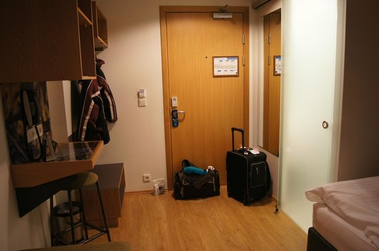 Icelandair Hotel Reykjavik Marina : the hanging space/ shelves and that bathroom door