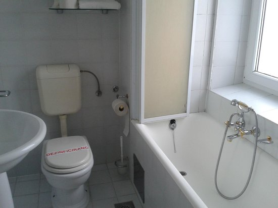 Garni Hotel Vila Bojana: Bathroom view