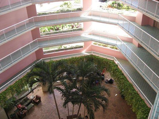 Ka'anapali Beach Club: 各階の回廊、全ての階が吹き抜けです。