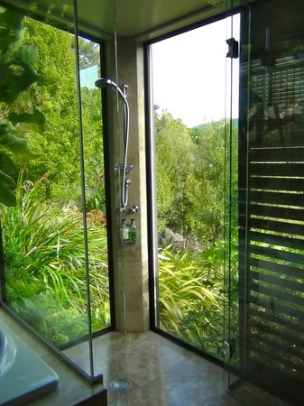 The Point Villas: Shower while soaking in the natural surround