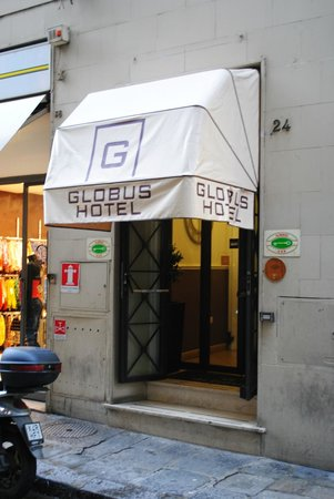 Hotel Globus: Entrance from street