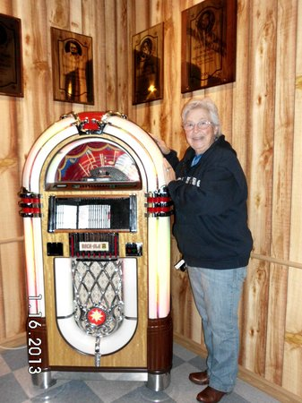 Texas Country Music Hall of Fame & the Tex Ritter Museum: Me(linda Smith) at the jukebox. Really neat old songs to play for free as long as you want.