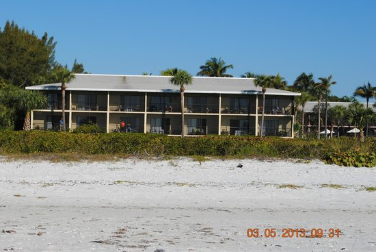 Sanibel Inn: The view of our inn from the beach.