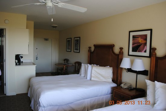 Sanibel Inn: Our room.