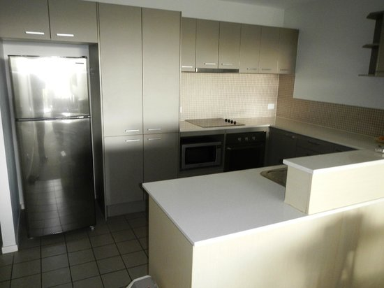 Pacific Marina Apartments: Kitchen area