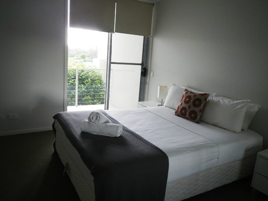 Pacific Marina Apartments: Bedroom and balcony