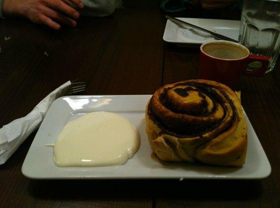 Karsmakers: Cinnamon swirl with cream