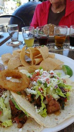 Karl Strauss Brewing Company: Very tasty carnitas tacos