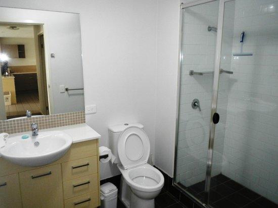 Pacific Marina Apartments : Bathroom
