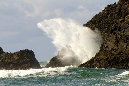 Hug Point State Park: Beautiful waves crashing on the rocks