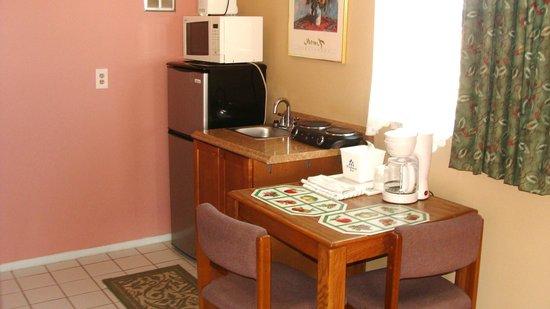 Beachwalk Inn: Typical kitchenette this is room 45