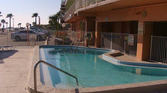 Beachwalk Inn: It's that inviting pool again!