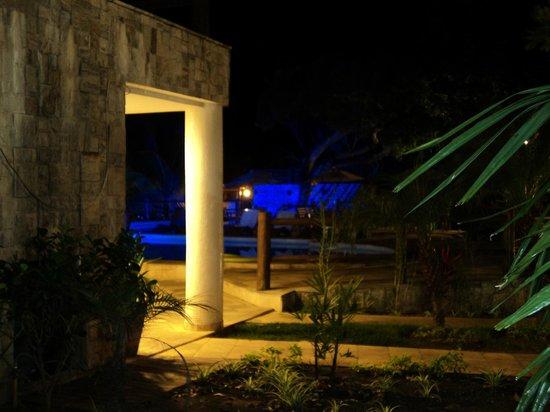 Pontal da Ferradura: vista desde mi habitacion, donde esta la luz ahi atras esta el bar, por eso zafe de la musica un