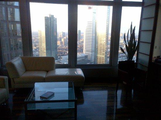 INNSIDE by Melia Frankfurt Eurotheum: Living room with a few of Frankfurt