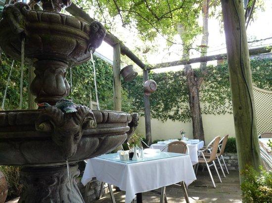 Della Santina's Trattoria: Della Santini courtyard