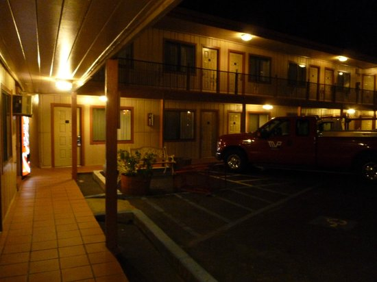 Rodeway Inn Sonora:                                     View of parking lot and Inn