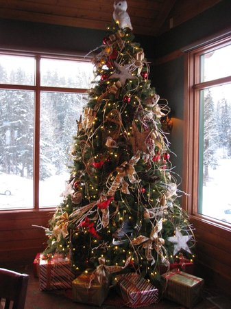 Pyramid Lake Resort:                   Christmas tree in dining room
