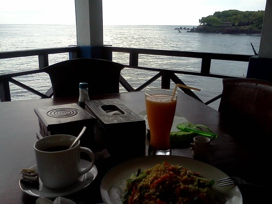 Matahari Tulamben Resort, Dive & SPA: Yummy breakfast! Notice the same rocky point as the sunrise!