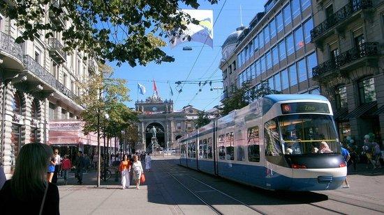 Bahnhofstrasse : 駅前を走るトラム