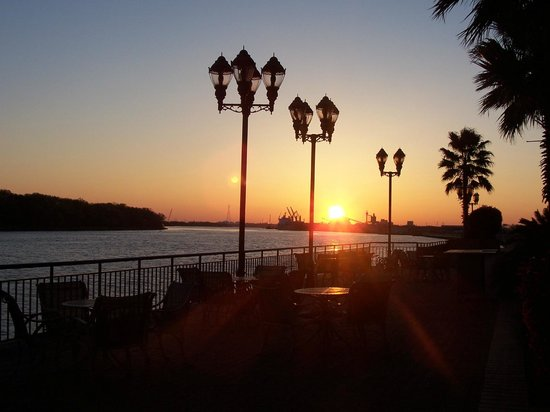 Savannah Marriott Riverfront: Watching the sun rise and enjoying breakfast at Blue.